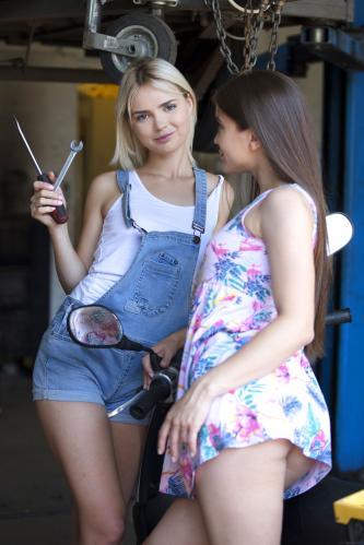 Evelina Darling and Lika Star Closer Look [FotoSet]